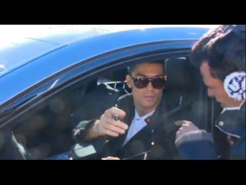 المغرب اليوم  - بالفيديو ردة فعل غريب لـ كريستيانو رونالدو بعد تلقيه هدية من مشجع مدريدي