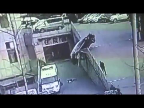 المغرب اليوم  - نجاة أم وأبنها من حادث سيارة بشكل غريب