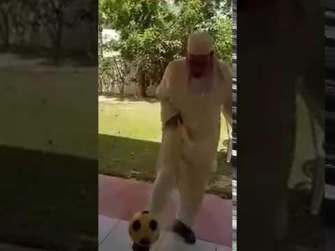 المغرب اليوم  - شاهد لقطة طريفة للشيخ عمر القزابري يلعب الكرة في قطر