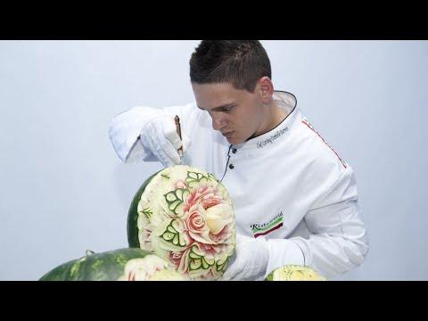 المغرب اليوم  - شاهد شيف بدرجة فنان يعمل على تشكيل الفواكه والخضروات