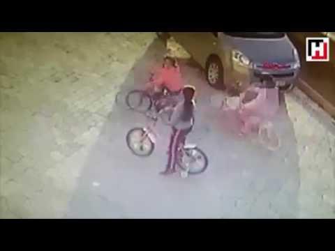 المغرب اليوم  - شاهد لحظة اعتداء رجل على طفلة في الشارع