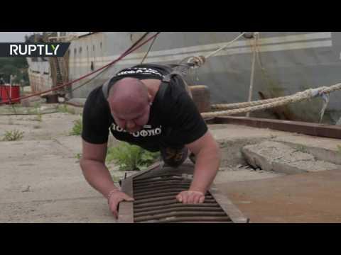 المغرب اليوم  - بالفيديو  روسي ينجح في سحب سفينة بمفرده