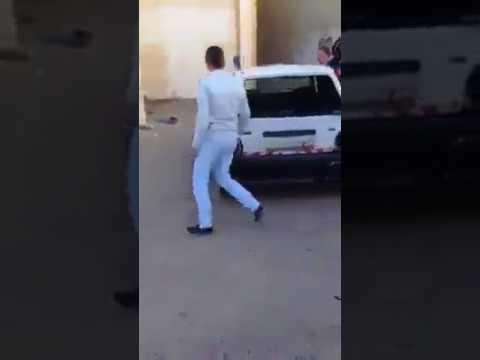 المغرب اليوم  - شاهد طلاب مدرسة يقومون بتكسير سيارة معلمهم لأنه عاقبهم