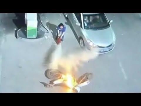 المغرب اليوم  - لحظة اشتعال النيران في موتوسيكل داخل محطة بنزين