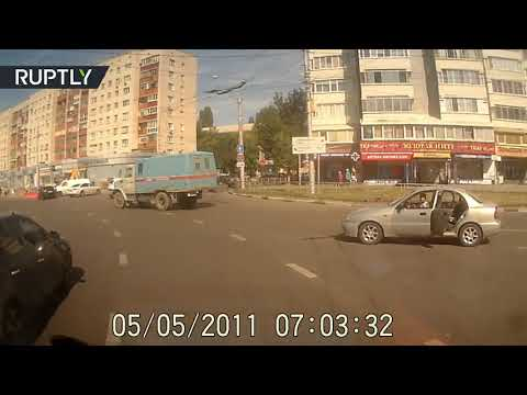 المغرب اليوم  - شاهد حادثة مروّعة لسقوط طفل من سيارة أثناء سيرها