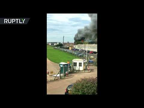 المغرب اليوم  - شاهد حريق هائل في إحدى حظائر الطائرات في مطار في لندن
