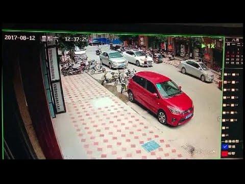 المغرب اليوم  - شاهد طفل متهوّر ينجو بأعجوبة من الموت في الصين