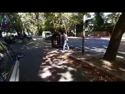 المغرب اليوم  - شاهد لحظة العثور على أقدام سيدة في صندوق القمامة