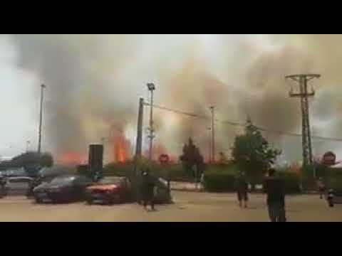 المغرب اليوم  - شاهد حريق ضخم في مطار برشلونة الدولي