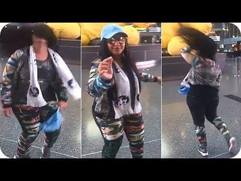 المغرب اليوم - عائشة البدر تتحدى صافيناز وترقص في مطار حمد الدولي