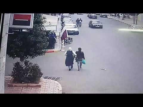 المغرب اليوم - شاهد لحظة سرقة حقيبة فتاة في وضح النهار