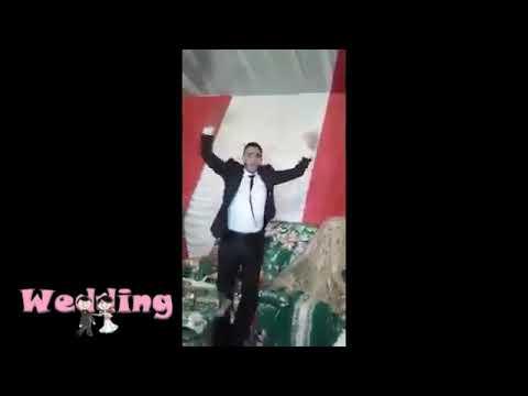 المغرب اليوم - شاهد عريس يُبالغ في فرحته والعروس تنكزه ليتوقّف
