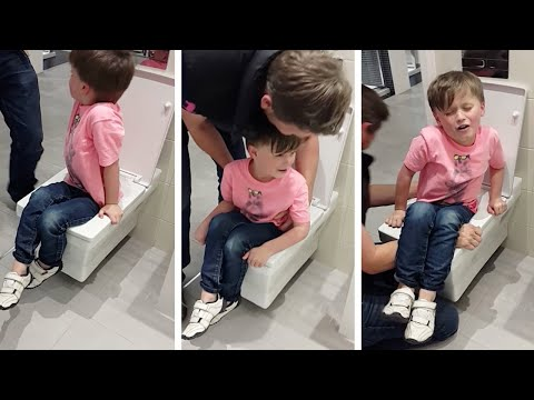 شاهد أبوان يدخلان في نوبة ضحك بعد بلع مرحاض ابنهما