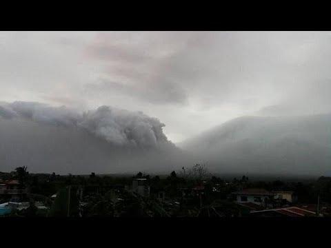شاهد إجلاء الآلاف من السكان عقب تحذيرات من بركان مايون في الفلبين