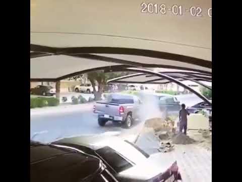 شاهد لحظة دهس سيارة مسرعة رجل