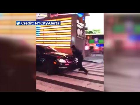 شاهد سيارة تدهس ضابط شرطة في ساحة تايمز سكوير