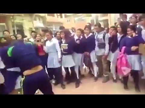 بالفيديو ضرب وركل وشد شعر طالبات دخلن في شجار عنيف