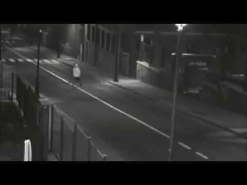 شاهد لحظة سرقة لصين سيارة من صاحبها بطريقة ماكرة
