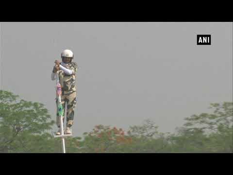 شاهد رجل مُتهوّر يقف على عمود ويقود دراجته لتحقيق رقم قياسي