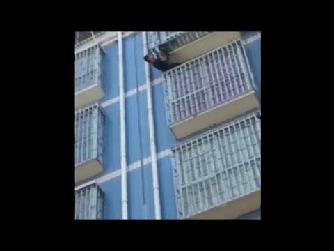 شاهد سبيدرمان يظهر في الصين وينقذ طفلا من الطابق الخامس