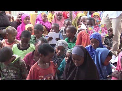 شاهد طلاب يتطوعون لتعليم أطفال النازحين في الصومال