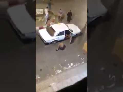 شاهد شخص يعتدي على راكبي سيارة بالسلاح الأبيض في الرباط