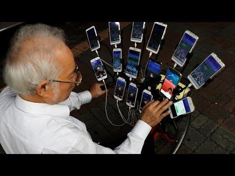 سبعيني تايواني يلعب بوكيمون غو بـ 15 هاتفًا على دراجته