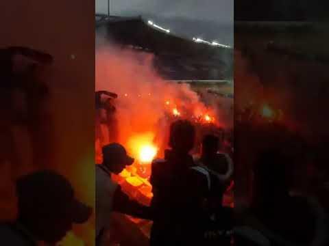 شاهد جماهير الجيش الملكي تُشعل الألعاب النارية في كلاسيكو الوداد