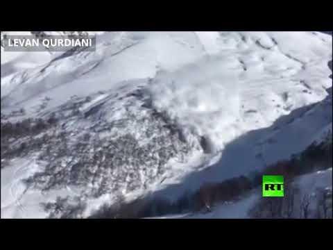 شاهد لحظة انهيار ثلجي في جبال جورجيا