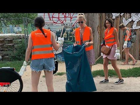 شاهد برلين تُشركُ السيّاحَ في حملة تنظيف الحدائق والأماكن العامة
