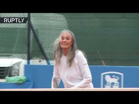 مُعمّرة أرجنتينية تلعب التنس في الـ85 من عمرها