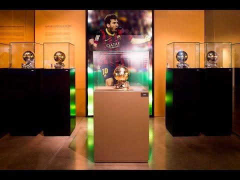 المغرب اليوم  - شاهد عرض كرة ميسي الذهبيّة الخامسة في متحف برشلونة