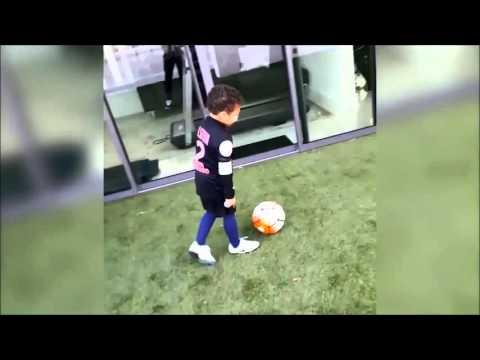 بالفيديو نجم سان جيرمان يدرب أبنائه على مهارات كرة القدم داخل منزله