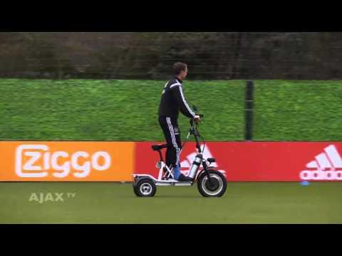 """بالفيديو مدرب أياكس الهولندي يتابع تدريبات الفريق بـ""""سكوتر"""""""