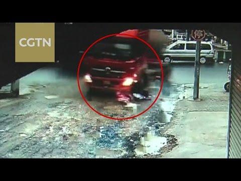 المغرب اليوم  - شاهد لقطات مروعة لشاحنة تدهس فتاتين