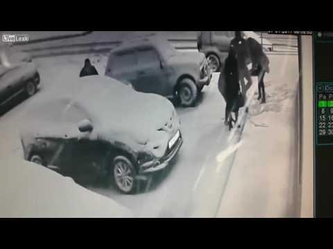 المغرب اليوم  - شاهد امرأتان تتعرضان إلى موقف محرج بسبب الكعب العالي