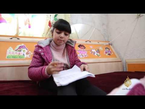 المغرب اليوم  - شاهد سيدرا طفلة ودعت أمها أمام السجن