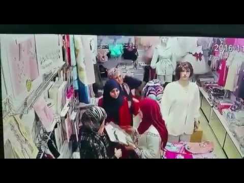 المغرب اليوم  - بالفيديو  لحظة سرقة امرأة معروضات من محل ملابس