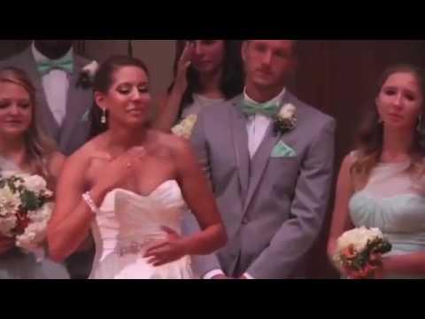 المغرب اليوم  - شاهد عروس تترجم أغنية رومانسية لزوجها بالإشارات
