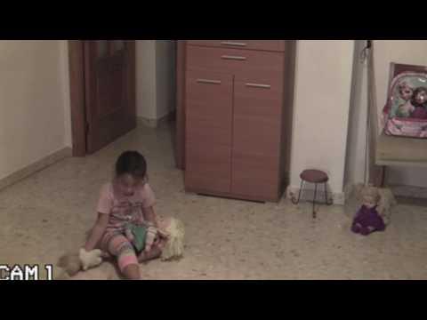 المغرب اليوم  - شاهد فيلم رعب حقيقي تتعرض له طفلة بسبب منزلها المسكون