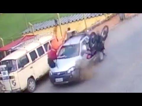 المغرب اليوم  - سائق موتوسيكل ينجو رغم اصطدامه بسيارة ثم شاحنة