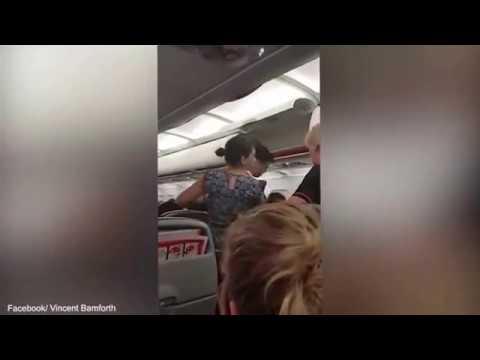 المغرب اليوم  - طرد عائلتين من طائرة أسترالية بسبب حبهم الشديد لبعض