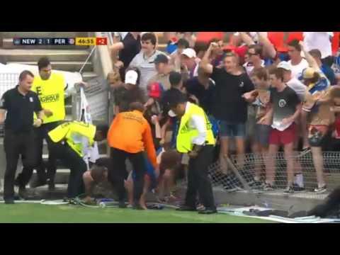المغرب اليوم  - شاهد تدافع الجماهير لتحية لاعب أسترالي تدهس أكثر من مشجع