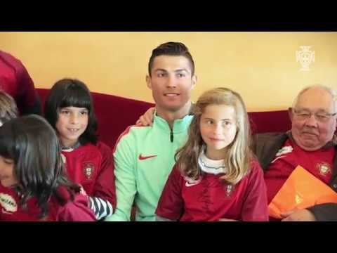 المغرب اليوم  - شاهد لفتة إنسانية من رونالدو مع أطفال البرتغال قبل مواجهة المجر