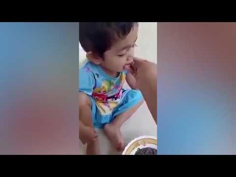 المغرب اليوم  - أم تصور ابنتها وهى تأكل وجبة دسمة من الديدان الحية