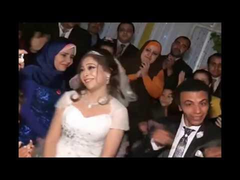 المغرب اليوم  - أقوى دويتو بين عريس وعروسة في حفل زفافهما