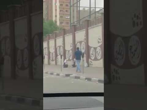 المغرب اليوم  - شاهد لحظة هروب فتاتين من أعلى سور مدرسة في الكويت