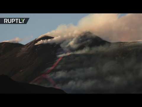 المغرب اليوم  - بالفيديو لحظة ثوران بركان إتنا في إيطاليا