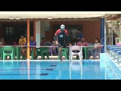 المغرب اليوم  - بالفيديو عمر حجازي يقطع خليج العقبة سباحة رغم ساقه المبتورة