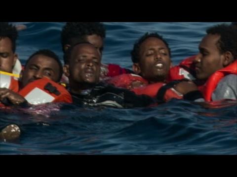 المغرب اليوم  - شاهد انقلاب قارب يحمل أكثر من 500 مهاجر في البحر المتوسط